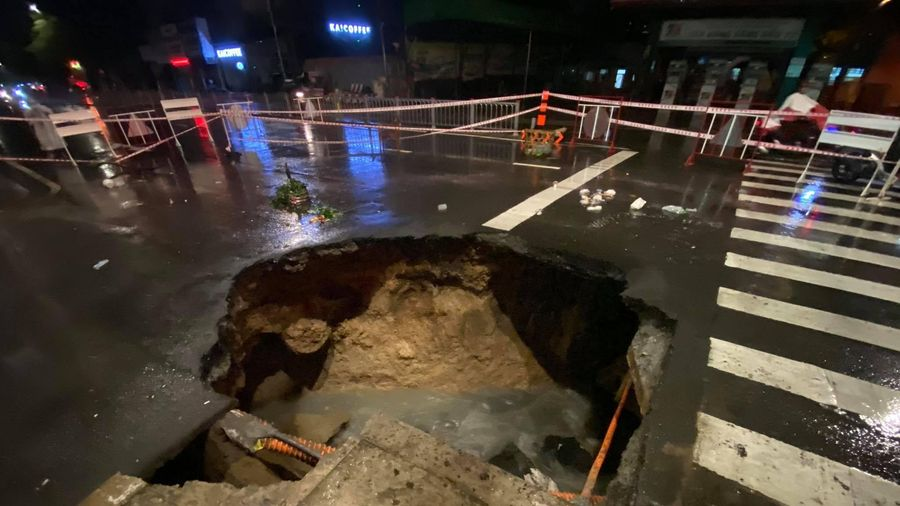 'Hố tử thần' xuất hiện trên đường phố sau cơn mưa lớn tại quận Gò Vấp
