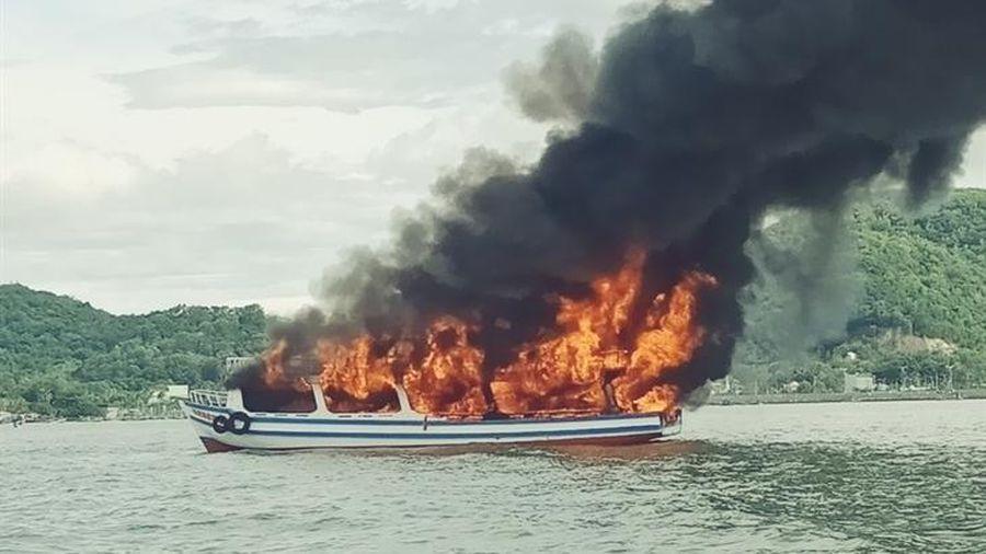 Kiên Giang: Đưa vào bờ an toàn 25 người trên tàu du lịch bị cháy