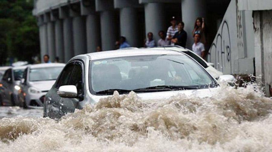 Vì sao không nên bật điều hòa khi lái xe qua vùng nước ngập?