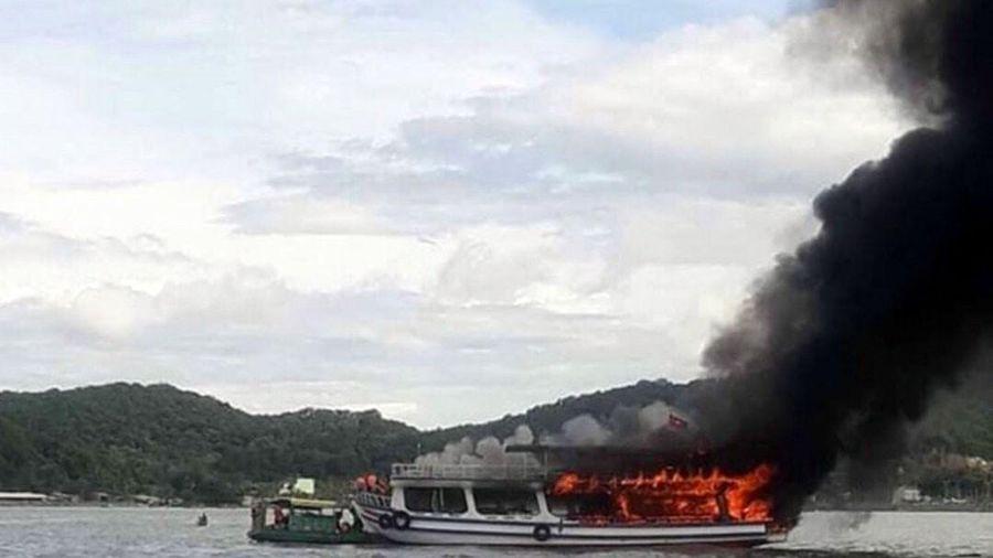 Cháy tàu chở khách du lịch câu cá trên biển, 25 người thoát chết