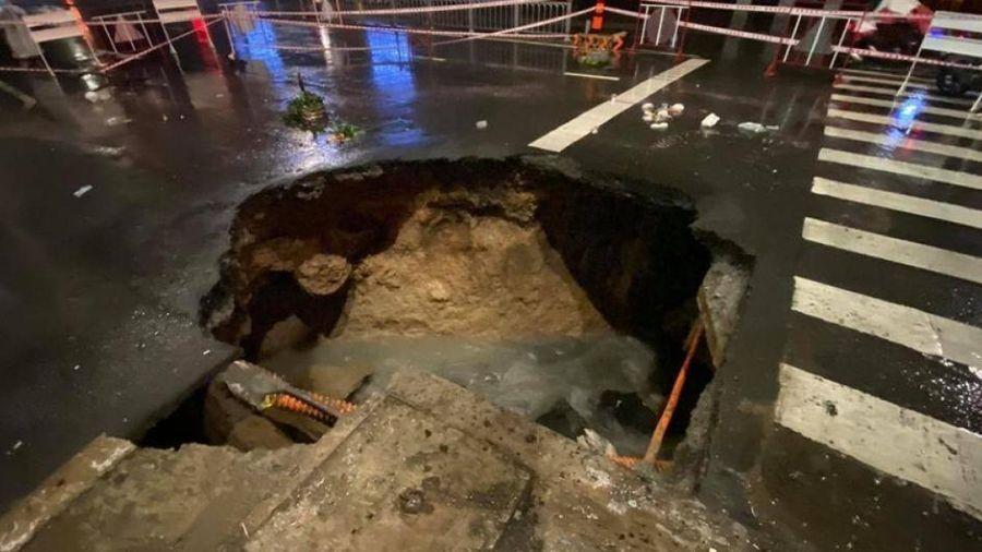 Sau cơn mưa lớn, 'hố tử thần khủng' xuất hiện giữa giao lộ ở TP.HCM