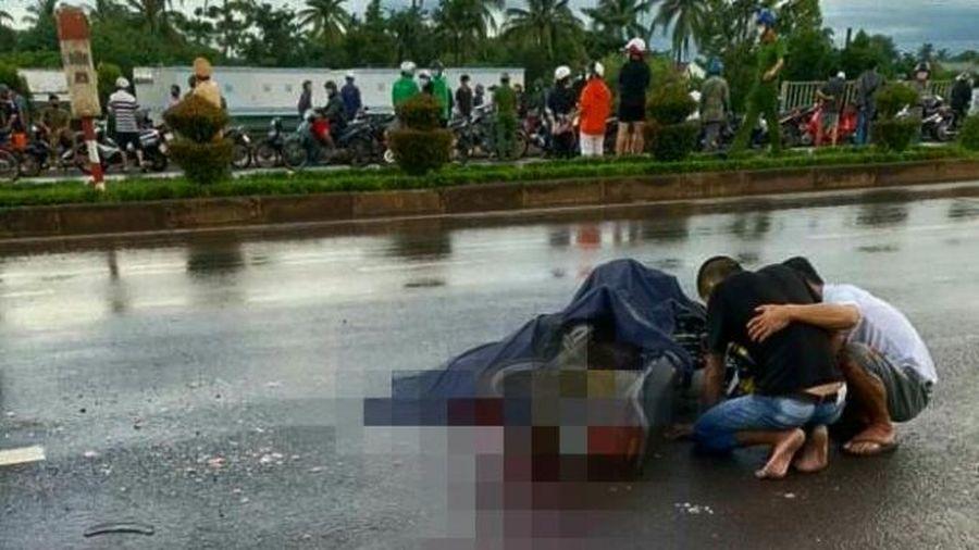 Đắk Lắk: Ngã ra làn đường ô tô, 2 người bị xe cán thương vong