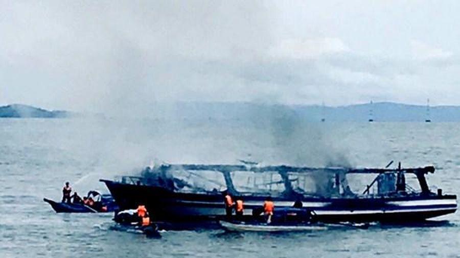Cháy tàu du lịch trên biển, 25 người thoát chết