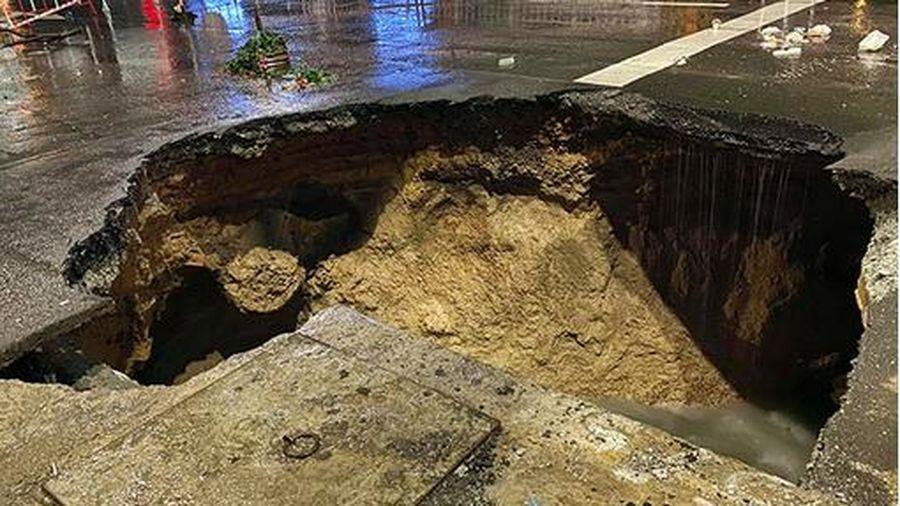 Xuất hiện 'hố tử thần' giữa lòng Sài Gòn chỉ sau một trận mưa