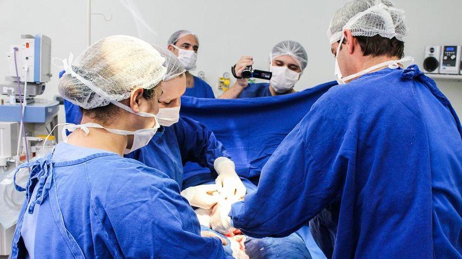 Vừa đỡ đẻ cho sản phụ, các y bác sĩ sững sờ khi nhìn thấy em bé, ca hiếm gặp trong 20 năm