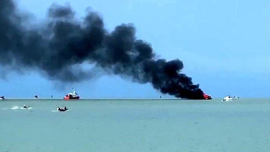 Kiên Giang: Tàu chở 21 hành khách đi đảo Hải Tặc bất ngờ bốc cháy