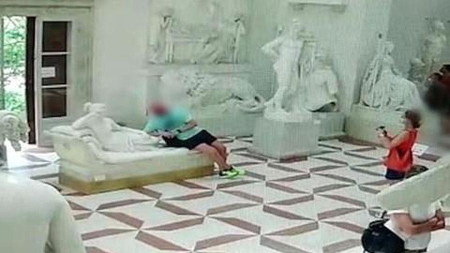 Clip: Nam du khách tạo dáng chụp ảnh làm gãy ngón chân tượng 200 tuổi, đối mặt án 8 năm tù