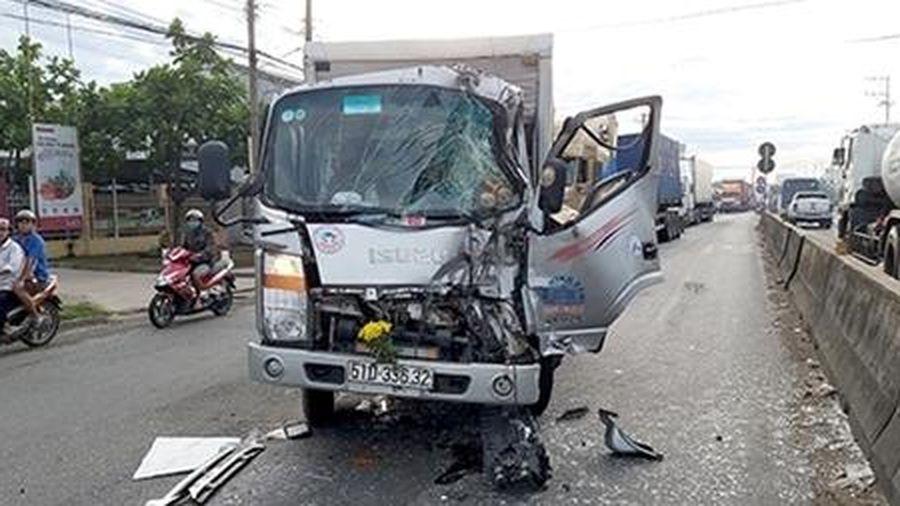 Tông đuôi xe tải dừng đèn đỏ, tài xế thoát chết