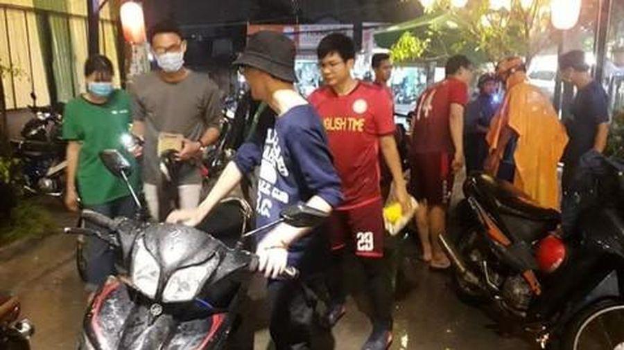 Nhóm sinh viên ở Sài Gòn giúp người dân sửa xe máy bị ngập nước