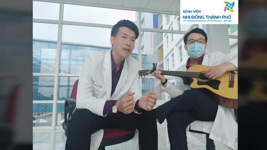 Bác sĩ truyền cảm hứng qua bài hát 'hoa nở không màu' phiên bản chống COVID-19