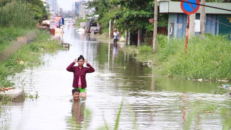 Sau trận mưa lớn đêm qua, người Sài Gòn vẫn bì bõm lội nước về nhà