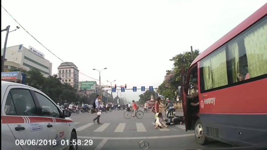 Xe khách vượt đèn đỏ tông văng người phụ nữ trên phố Hà Nội