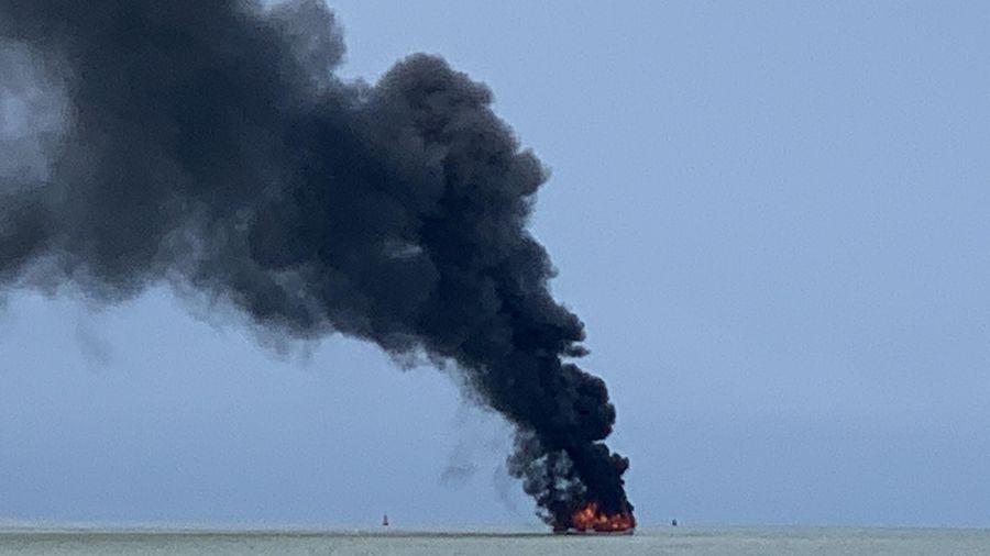 Tàu khách bốc cháy ngùn ngụt giữa biển, 25 người may mắn thoát chết
