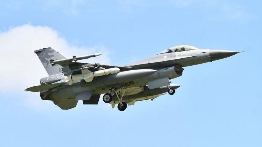 F-16 Đài Loan tuần tra mang theo tên lửa Mỹ có thể dễ dàng hủy diệt tàu chiến