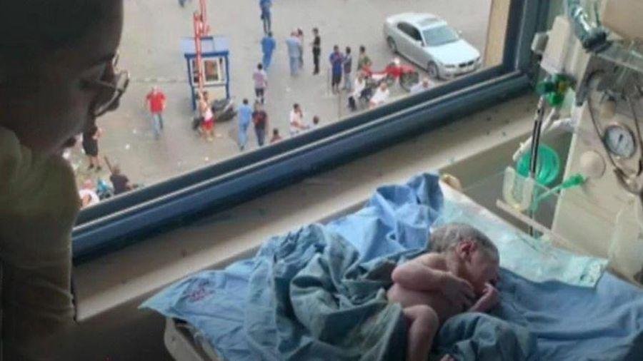 Người phụ nữ chuyển dạ giữa vụ nổ thảm khốc ở Beirut