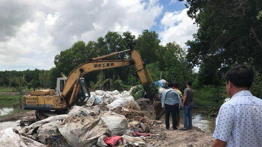 Tây Ninh: Bắt quả tang đối tượng chôn lượng lớn rác thải y tế dưới suối