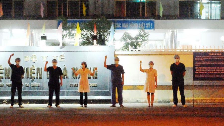 Y bác sĩ Bệnh viện C Đà Nẵng vẫy tay chào mừng phút dỡ lệnh phong tỏa