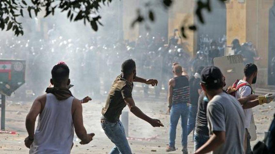 10.000 người biểu tình Lebanon giận dữ, xông vào chiếm đóng tòa nhà các bộ