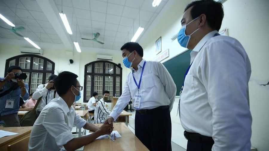 Chủ tịch Hà Nội kiểm tra công tác phòng dịch Covid-19, động viên thí sinh thi tốt nghiệp THPT
