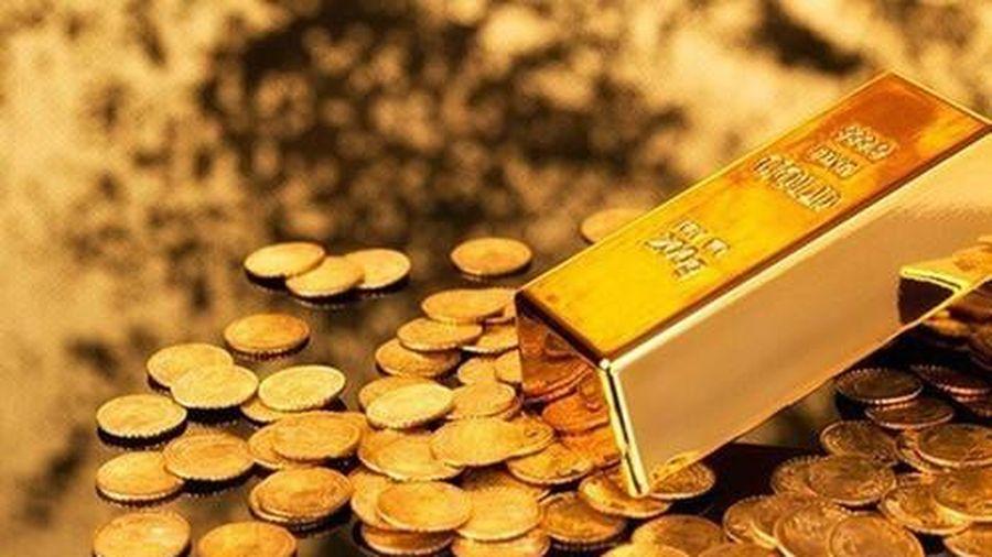 Giá vàng trong nước cao hơn thế giới gần 5 triệu đồng/lượng, người mua đang 'cầm dao đằng lưỡi'?
