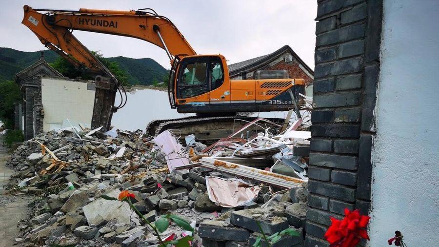 Côn đồ đến phá dỡ ngôi làng tranh chấp giải tỏa ở ngoại ô Bắc Kinh