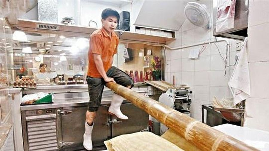 Nhún nhảy trên thanh tre nhào bột - cách làm mì sợi cổ xưa