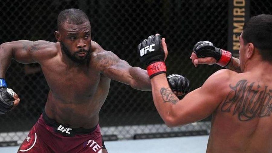 Võ sĩ MMA giơ tay xin thua khi nhận đòn hiểm