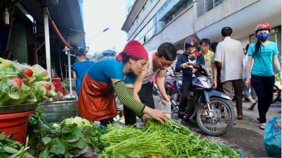 Tiêu dùng trong tuần: Giá vàng và rau củ tăng mạnh, trong khi trái cây rớt giá thê thảm
