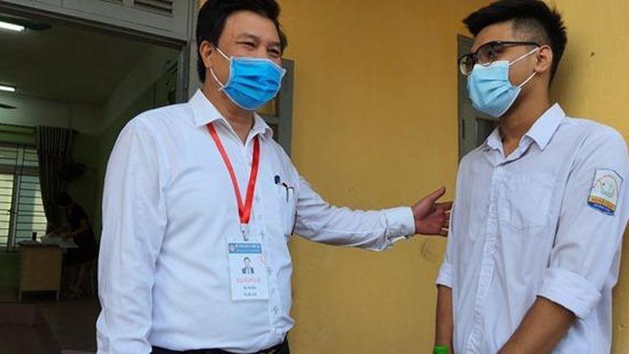 Thứ trưởng Bộ GD&ĐT Nguyễn Hữu Độ kiểm tra thi tại Hưng Yên