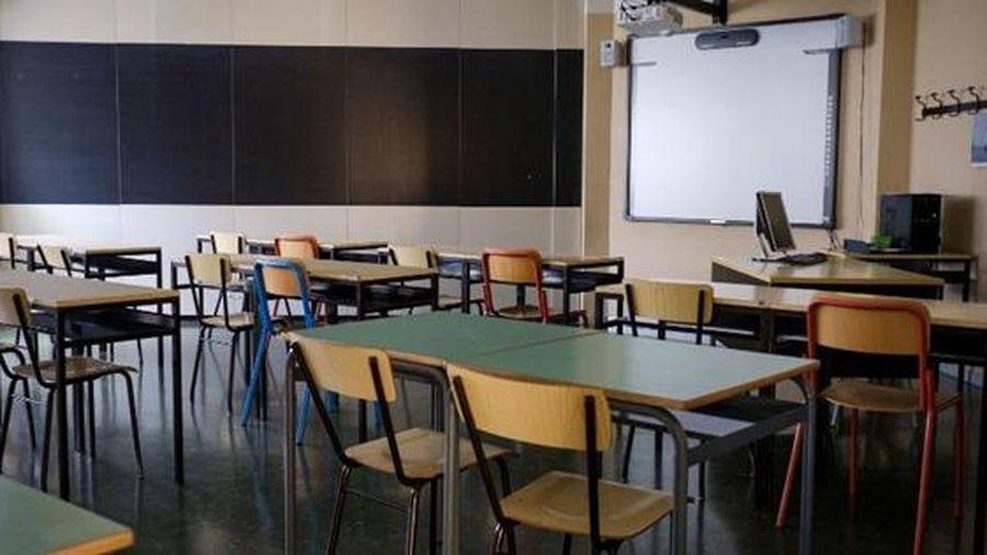 Ý: các trường học cưa nhỏ bàn ghế để học sinh thực hiện giãn cách xã hội