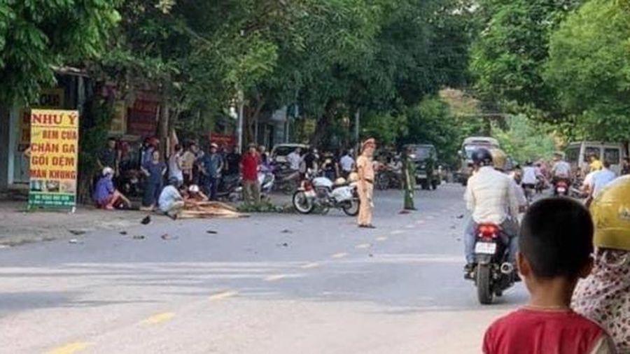 Yên Bái: Va chạm với xe khách, xe máy đứt đôi, một người tử vong