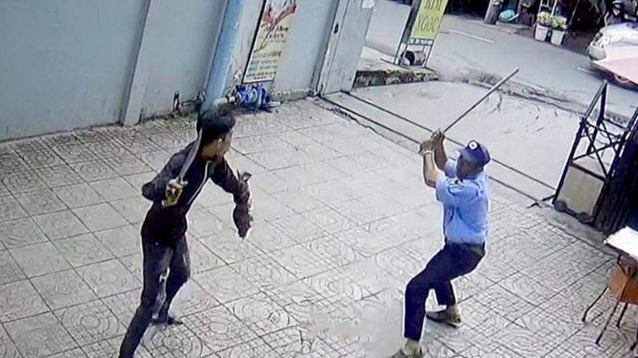 Vụ kẻ cầm dao 'quyết đấu' bảo vệ chung cư ở TP.HCM: Nguyên nhân do một gói hàng?