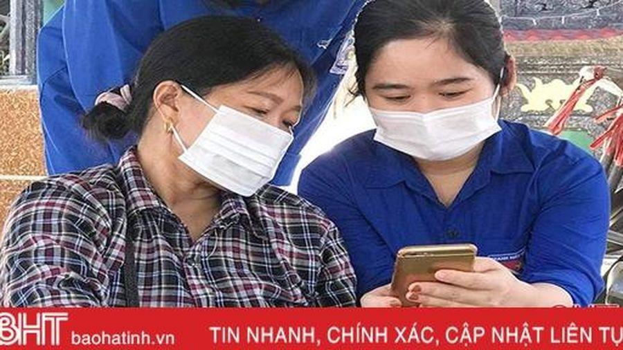 Công an Thạch Hà 'phổ cập' ứng dụng Bluezone cho người dân tại khu vực đông người