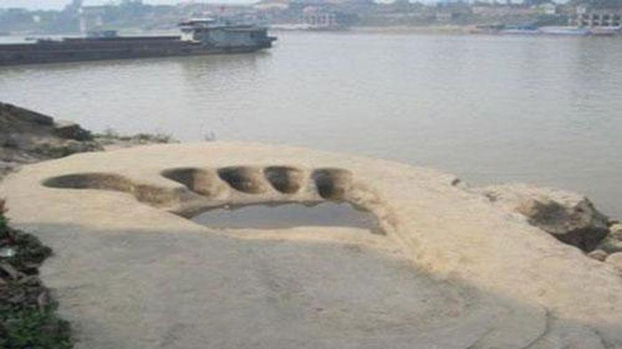 Ly kỳ truyền thuyết về dấu chân khổng lồ bên bờ sông Lô