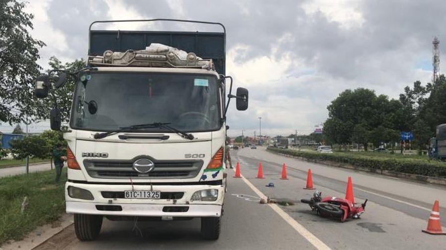 Bình Dương: Tông đuôi xe tải dừng đỗ, người đàn ông tử vong