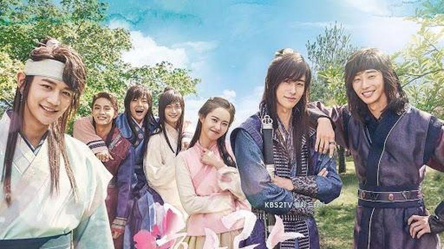 'Hwarang' - phim đầu tay của V (BTS) và Park Seo Joon phát sóng vào tháng 8: Idol được khen về diễn xuất, fan bắt đầu 'cày' lại chưa?