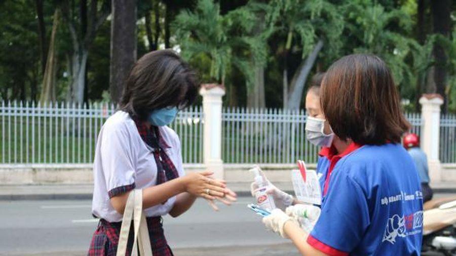 Sĩ tử đi thi, sinh viên tình nguyện tiếp sức khẩu trang, dung dịch sát khuẩn
