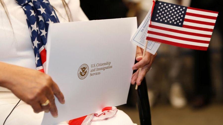 Số người từ bỏ quốc tịch Mỹ tăng kỷ lục, vì sao?