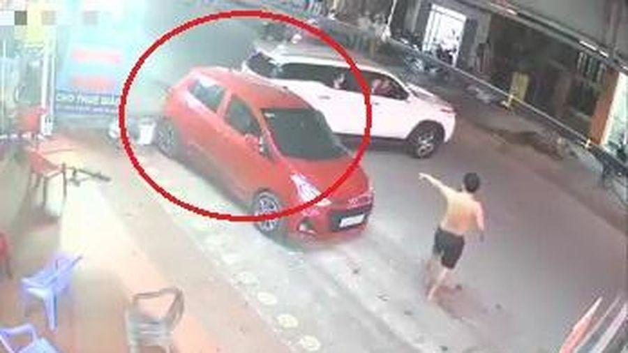 Ôtô lùi ra đường bất cẩn va chạm với xe khác
