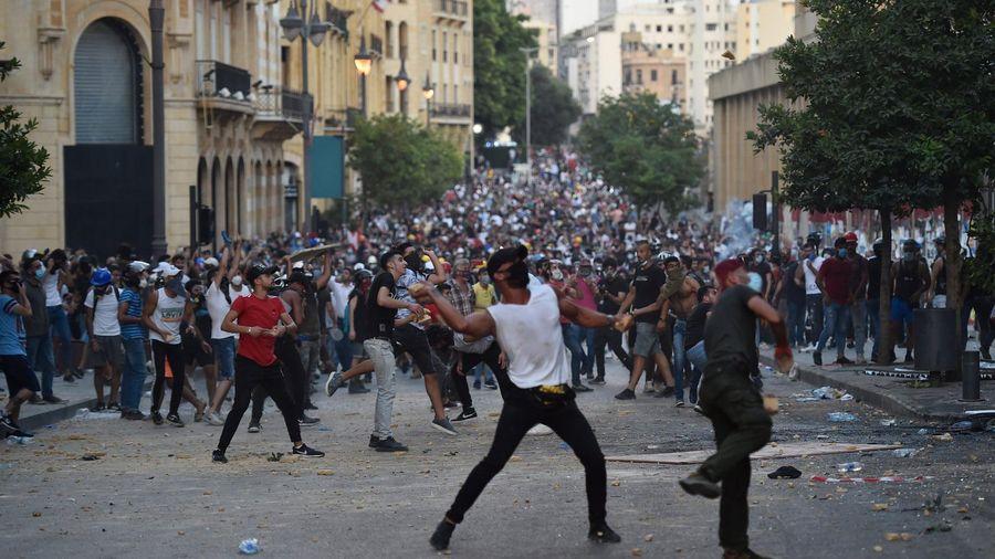 Người biểu tình xông vào Bộ Giao thông và Nhà ở Lebanon