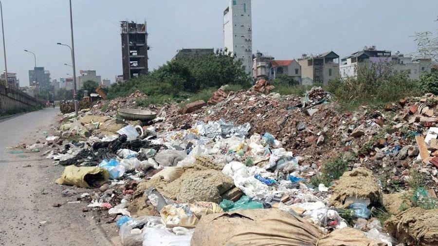 Tái diễn nạn đổ trộm chất thải trên đại lộ Thăng Long