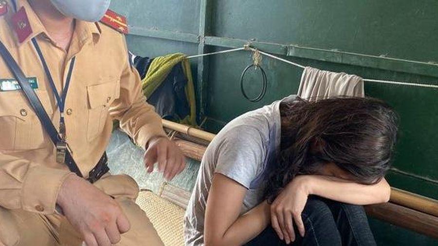 CLIP: Cứu sống cô gái trẻ buồn chuyện tình cảm nhảy sông Hồng tự tử