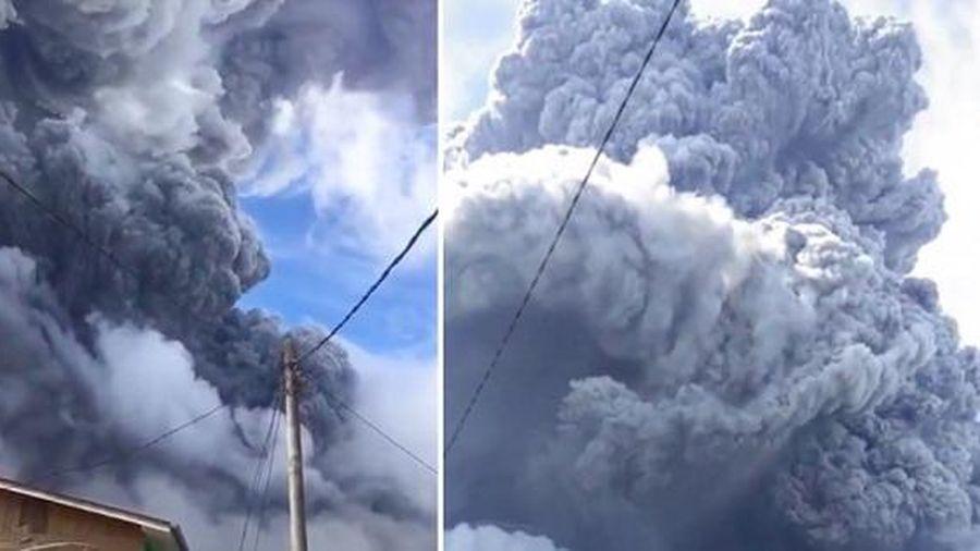 Indonesia: Núi lửa phun trào dữ dội khiến đảo Sumatra chìm trong bóng tối