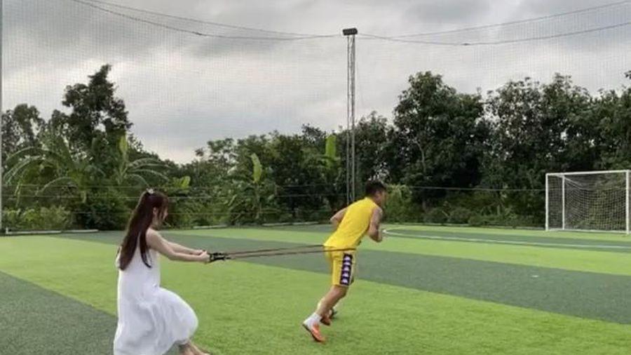 Huỳnh Anh tập luyện thể lực cùng Quang Hải