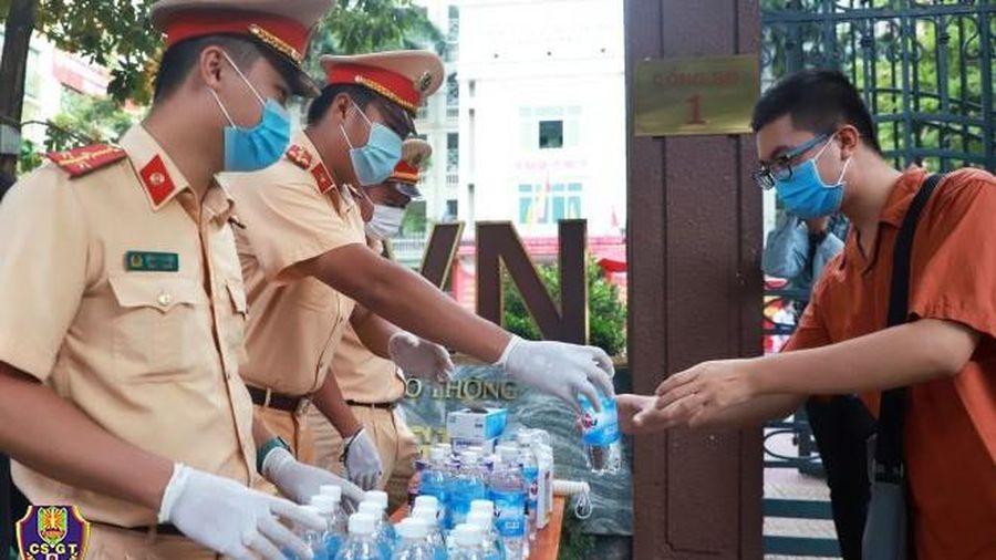 Hàng trăm cảnh sát Hà Nội mang bút, nước trực cổng trường tặng thí sinh