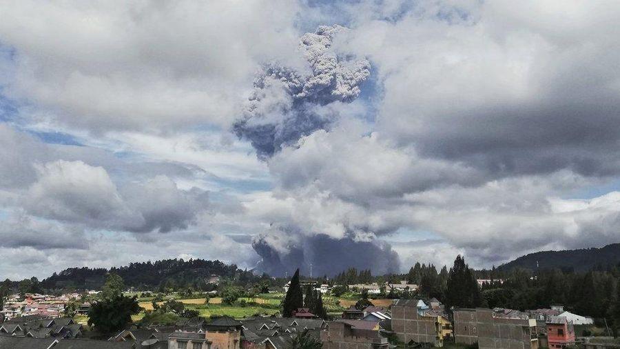 Núi lửa Sinabung của Indonesia phun trào