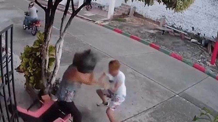Ngỡ ngàng trước cảnh cụ bà cầm mũ bảo hiểm đuổi đánh kẻ cướp giật 'chạy mất dép'