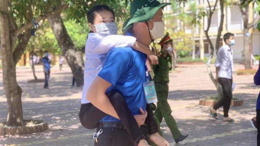 Cô nữ sinh đến trường thi trên đôi chân của thanh niên tình nguyện