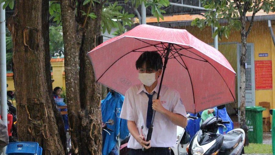Phụ huynh và thí sinh Cần Thơ 'đội mưa' đến điểm thi trong ngày cuối cùng kỳ thi tốt nghiệp THPT 2020
