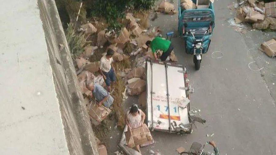 Xe ô tô chở thịt lợn gặp tai nạn trên đường cao tốc, dân đánh cả xe 3 gác ra hôi của